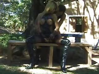 금발의 shemale은 공원에서 열심히 좆된다.