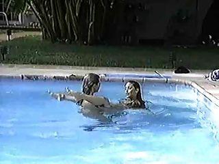 수영장에있는 pj sparxx와 felecia romping