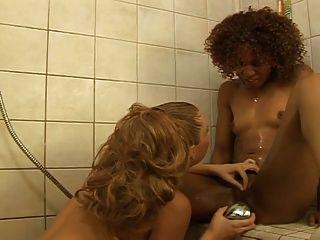 샤워에서 interracial 레즈비언 빌어 먹을 ... usb
