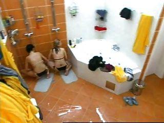 두 명의 소녀가 샤워를하고있는 체코의 빅 브라 더에서 자위하고있다.