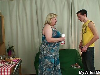 아내가 거대한 할머니를 망 쳤어.