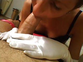 타일러는 하얀 장갑 손 직업 cireman을 제공합니다