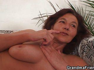 두 흥분한 친구가 할머니를 성교