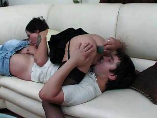 섹시한 엄마가 그녀의 엉덩이에 젊은 남자 거시기가 걸립니다