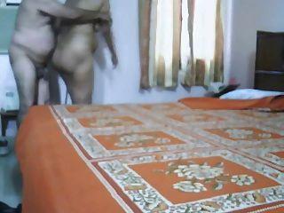 성숙한 인도 부부 침실에서 사랑 만들기