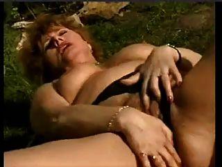 늙은 아내가 snahbrandy에 의해 정원에서 자위하는