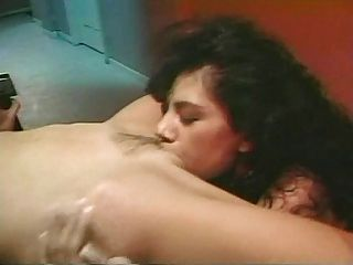 멜라니 무어와 알리시아 리오 레즈비언 장면