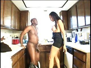 흑단 걸레는 그녀의 남자 친구에게 부엌에서 입으로 가져다 준다.