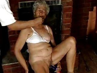 딜도와 털이 많은 할머니