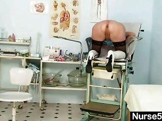 금발 할머니 간호사 자기 시험을 보급 살포기와 함께