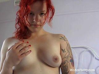 빨간 머리 jette는 그녀의 털이 음부와 노는 것을 즐긴다.