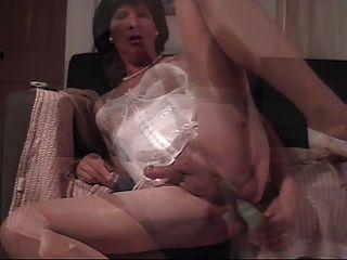 도나는 자신을 딜도 라구 딜레이 드릴링을한다.