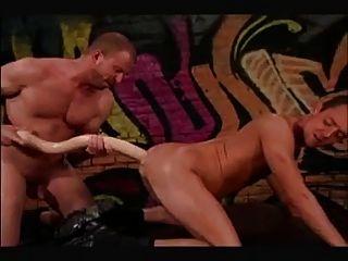 큰 엉덩이와 손으로 뻗은 엉덩이