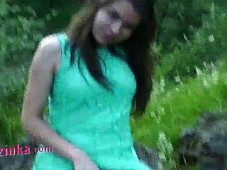 zuzinka는 야외에서 그녀의 꽉 짜잔을 빌어 먹을 사랑한다.