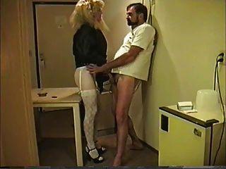 위대한 엉덩이와 tranny주고 머리를 가져옵니다.