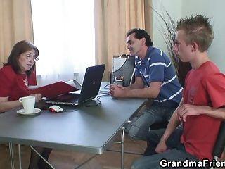 할머니는 실업자 두 명과 잤어.