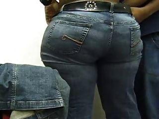 아름 다운 검은 엉덩이 그녀의 청바지를 입고 도움을 받고.