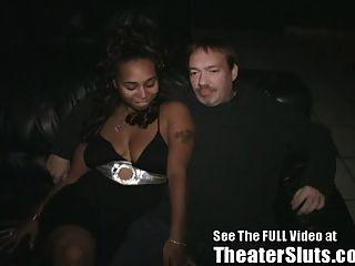 흑단 괴물이 탬파 포르노 극장에서 그룹 섹스를했습니다.