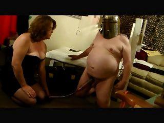 남성 착유기에 의해 망각에 젖을 먹는 뻐꾸기