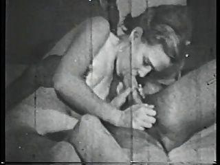 거대한 가슴을 가진 갈색 머리 베이브는 침대에 큰 거시기를 빤다.