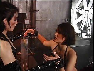 가죽에있는 게이 여자들은 가슴을 꽉 잡아 먹는다.