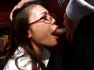 사무실 창녀 이부키가 무릎을 꿇고 그녀의 상사에게 젖은 blowj를 준다.