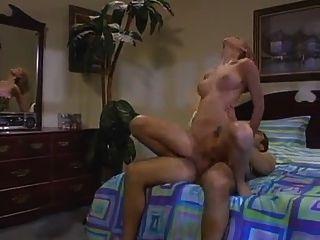 훌륭한 몸매를 가진 소녀는 그녀의 젖은 핑크색 보따리를 얻습니다.