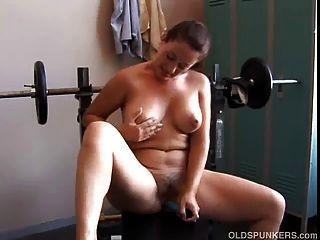 사랑스러운 가슴을 가진 섹시한 성숙한 아마추어는 그녀의 마음에 드는 것을 사용합니다.
