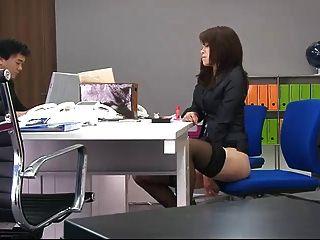 사무실에서 휴식을 취할 때 사무실에서 마약을 먹는다.