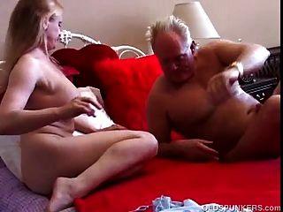 아름다운 큰 가슴 milf는 섹스를 사랑한다.