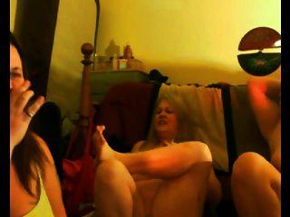 어머니와 그녀의 dauthers 플래시 가슴과 엉덩이
