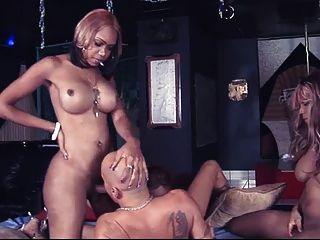 3 명의 검은 여신이 한 행운아를 강간한다.