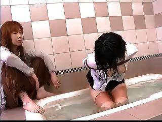 아시아 레즈비언 물 속박
