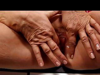 스타킹 손가락에 금발 할머니