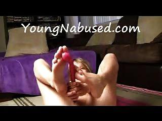 여자 친구는 자위하고 그녀의 발로 노는