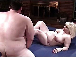 지방 부부는 침대에서 즐거움을 가져 간다.