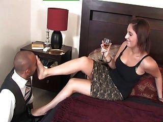 왕가의 여주인 아멜리아가 그녀의 발 노예와 놀다.