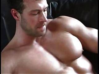 섹시한 근육이 그의 거시기와 연극