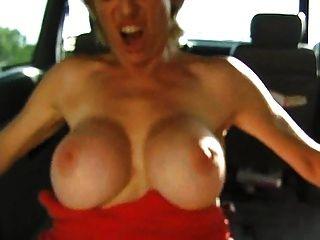 colette는 차에서 잤다.