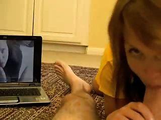 소녀는 머리를주고 발은 정액을 얻는다.