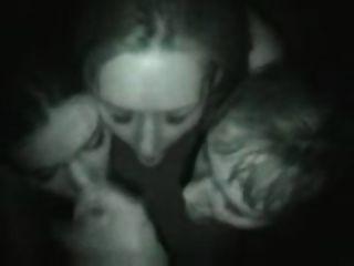 나이트 클럽에서 세 여자 입으로
