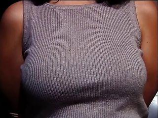 멋진 큰 선반으로 매력을 돋우는 그녀의 가슴이 가능한 모든 방법으로 괴롭힘.
