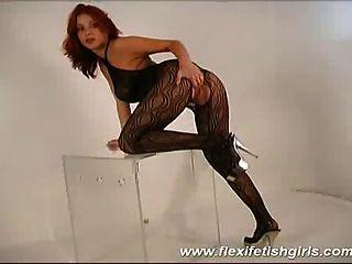 그녀의 다리를 퍼 뜨리고 큰 가슴을 가진 flexi 페티쉬 소녀