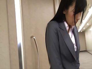 그녀의 치마 아래 숨겨진 진동기가있는 일본인
