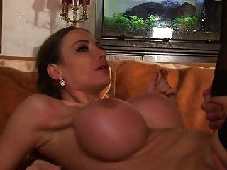 성숙한 aux seins enormes se fait baiser