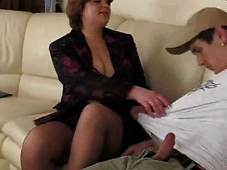 Pantuhose.by pornapocalypse에 통통한 갈색 머리 엄마.