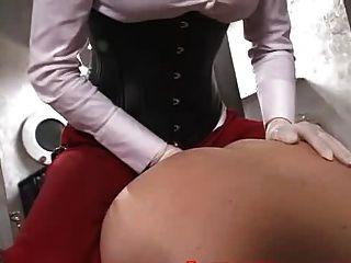 아름다운 여주인이 노예와 성관계를 가졌다.