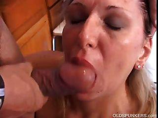 화려한 성숙한 여인은 거시기를 위해 배고프다.