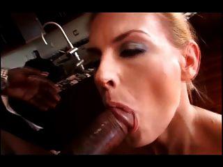 darryl hanah는 그녀의 엉덩이를 bbc 사랑한다.
