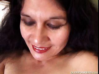 매운 성숙한 라틴 아메리카 아마추어는 섹시한 몸매를 과시하는 것을 좋아합니다.